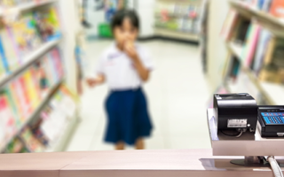 Со скольки лет можно оформить детскую дебетовую карту в банке: возраст держателя