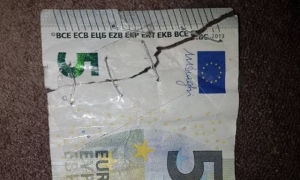 Как поменять порванную купюру в Сбербанке: можно ли обменять поврежденные деньги и могут ли отказать в обмене рваных денежных средств в банке России
